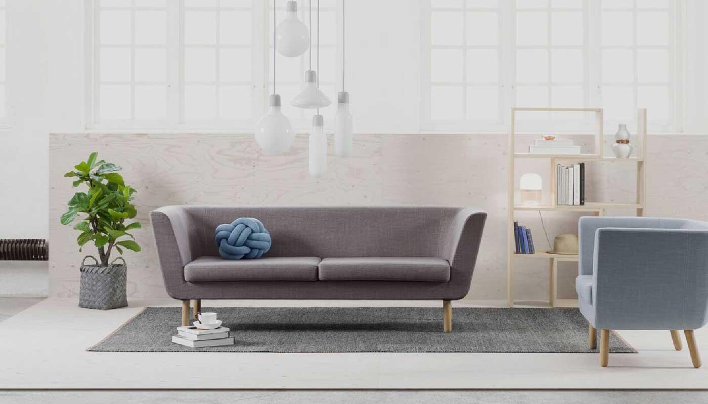 Design-House-Stockholm,-Easy-tuoli-ja-sohva,-kirjahylly,-valaisimet-ja-matto